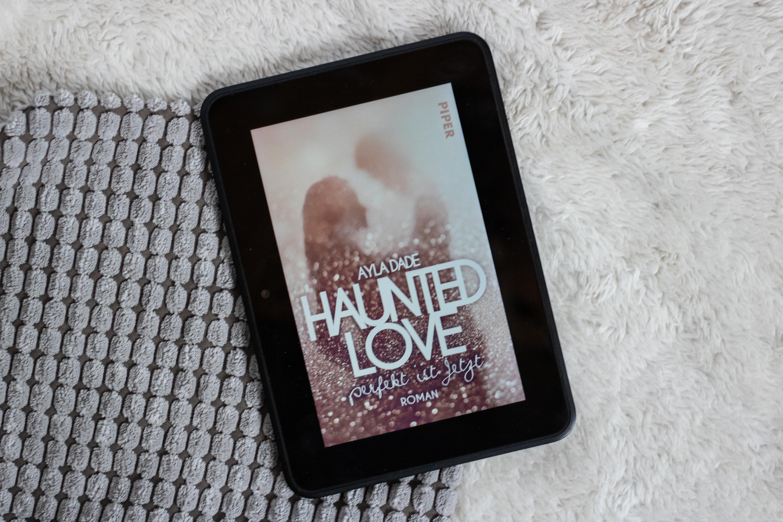Das rosane Cover von Haunted Love - perfekt ist jetzt auf einem grau weißen Untergrund.